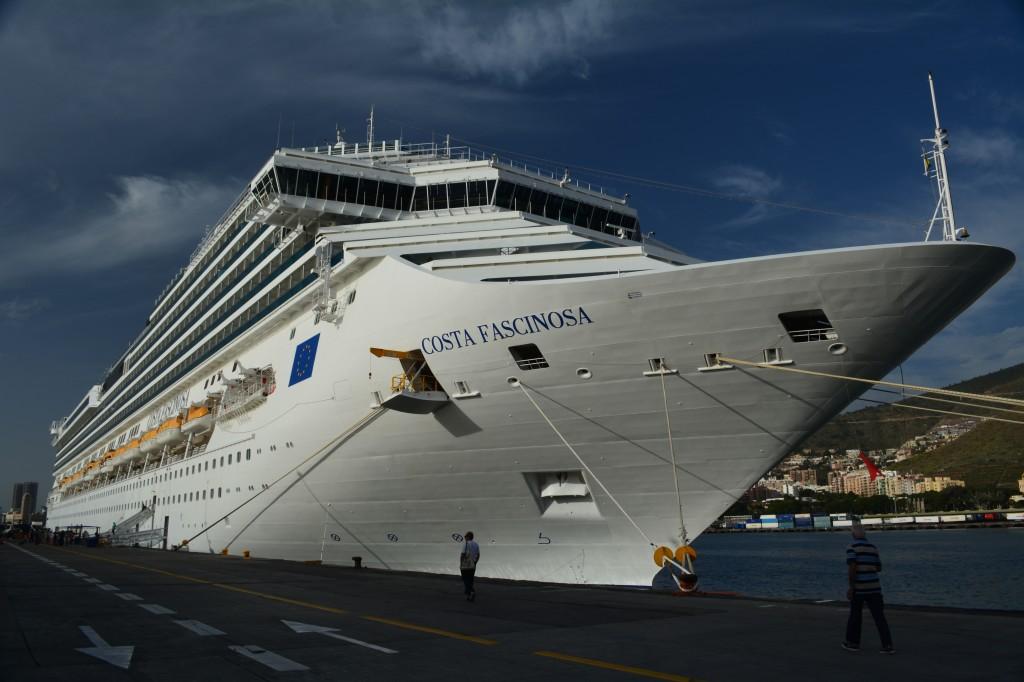 La esbelta proa del Costa Fascinosa apunta hacia Savona, Italia - Foto Carmen Silveira