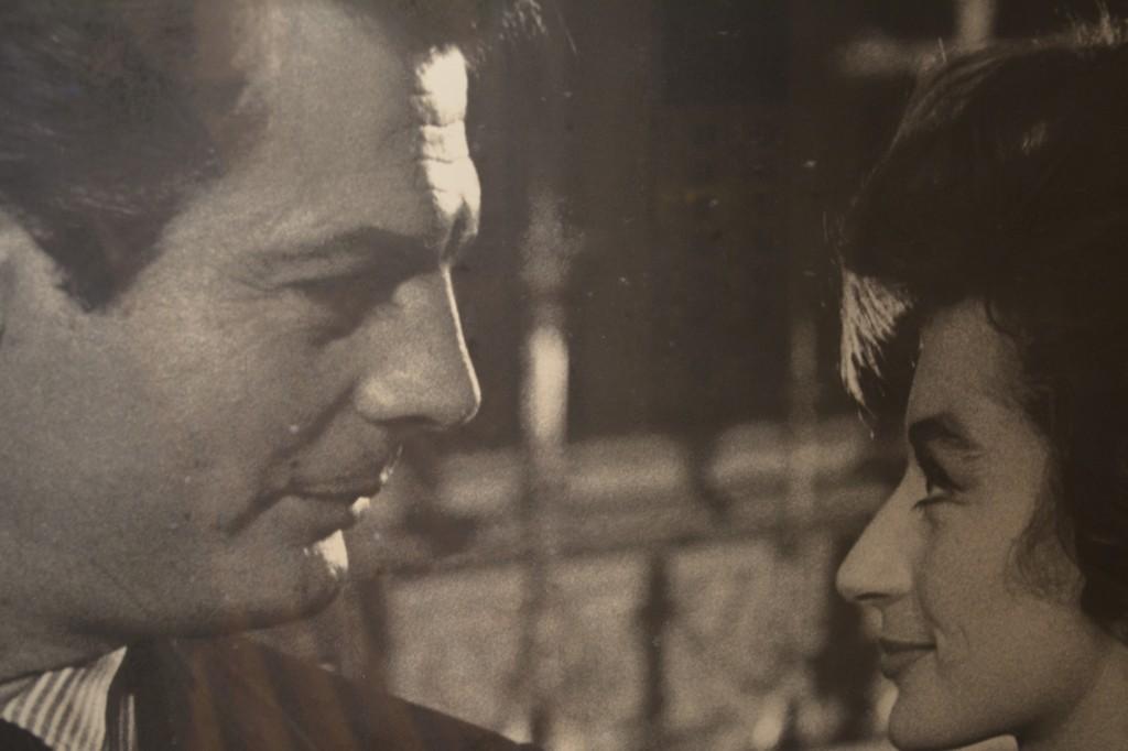 "Costa Fascinosa: grandes paneles con los grandes del cine. Marcello Mastroianni y Anouk Aimée en ""La dolce vita"" - Foto de archivo"
