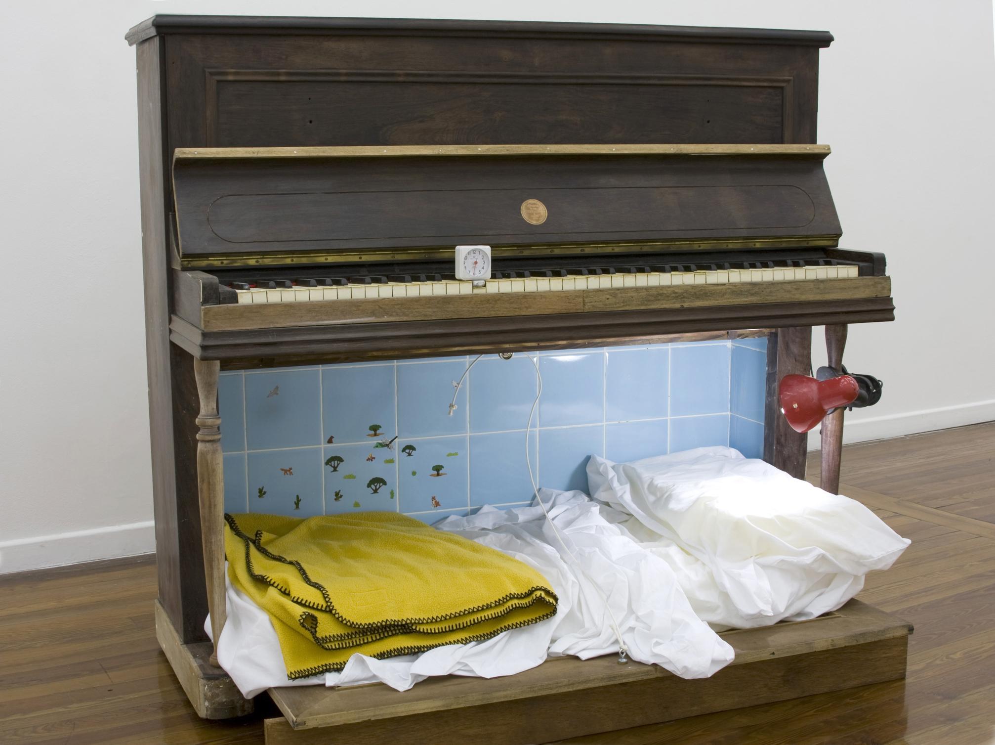 Sin titulo -Piano intervenido- (2008) de Nicolás Bacal.jpg