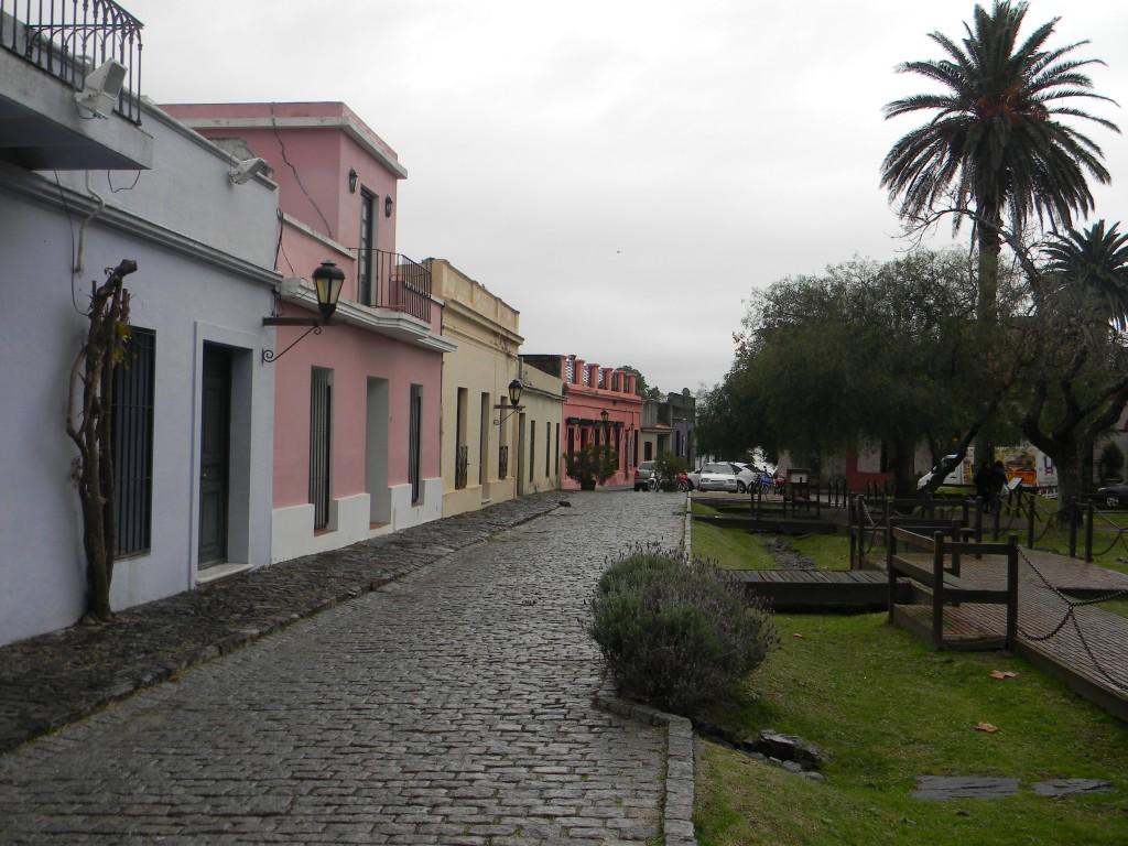 """Secuencia de casas """"rioplatenses"""" al costado de una de las plazas del barrio histórico - Foto Carmen Silveira"""