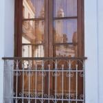 La antigua iglesia del Barrio Histórico se refleja en una ventana con su típico balconcito - Foto Carmen Silveira