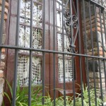 Rejas de hierro forjado y cortinas al crochet suman toques rioplatenses de antaño a las casas - Foto Carmen Silveira