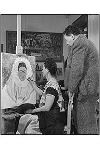Frida pinta su autorretrato, mientras Diego mira. Reproducción autorizada por los herederos de la artista