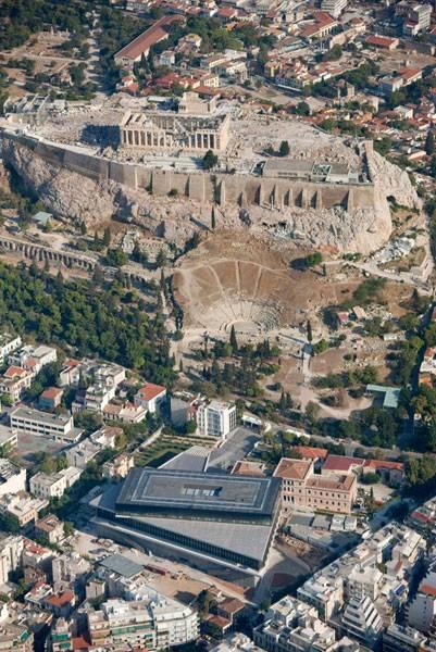 La foto aérea permite observar la perfecta alineación del frente del Partenón con la sala diseñada para albergar los frisos - Foto de archivo
